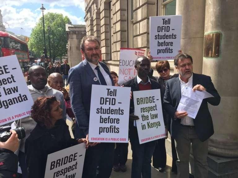 Des ONG manifestent devant le ministère de la coopération britannique pour qu'il cesse de subventionner Bridge, le 1 er août 2017, à Londres.