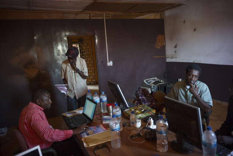 """La rédaction du journal """"The Voice"""" à Serrekunda manque encore cruellement de place pour ses 14 internes et 3 freelances."""
