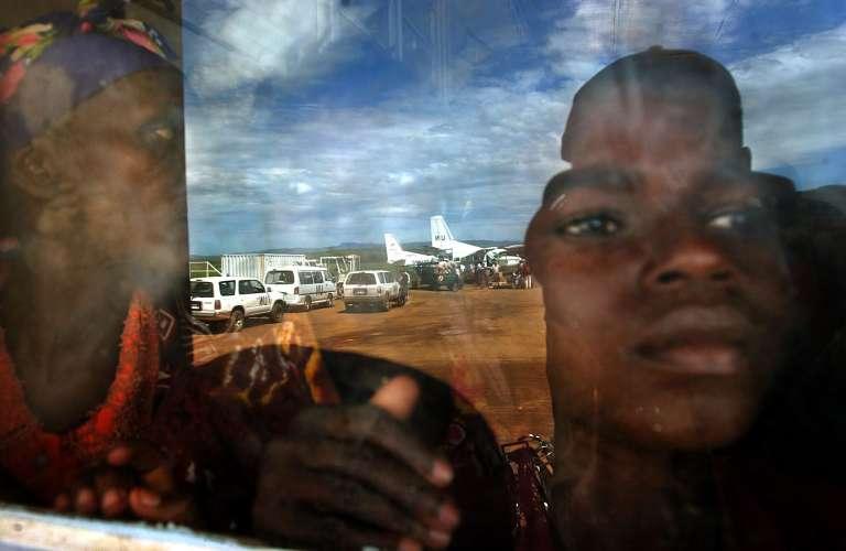 A l'aéroport de Bunia (Ituri), en mai 2003, des personnes déplacées par le conflit attendent des vols humanitaires des Nations unies.