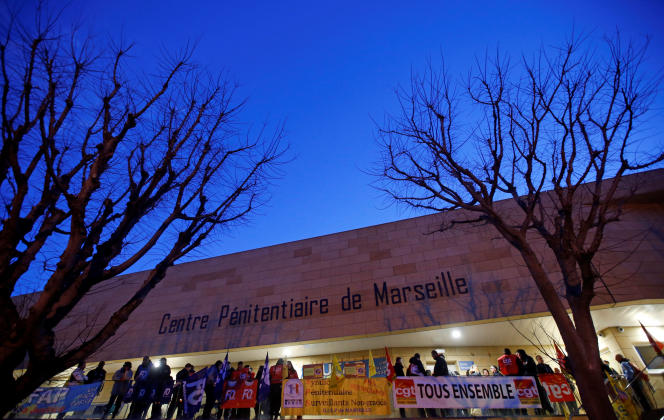 Des surveillants manifestent devant la prison des Baumettes, à Marseille, le 22 janvier.