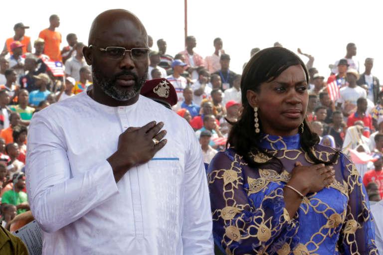 George Weah, accompagné de son épouse, lors de sa cérémonie d'investiture, à Monrovia, le 22 janvier.