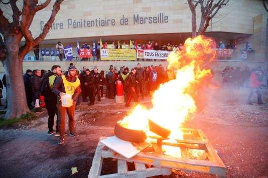 Les manifestants brûlent des palettes devant la prison des Baumettes à Marseille, le 22janvier.