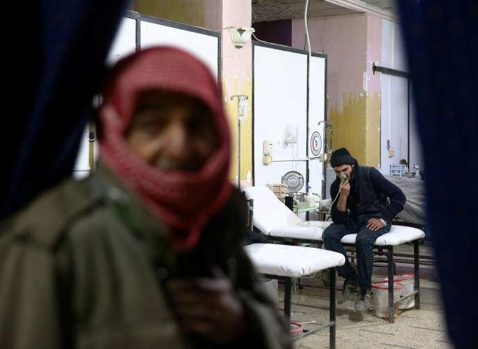 Dans un centre médical de Douma, dans la Ghouta orientale, oùau moins 21 victimes de suffocation ont été recensées par l'Observatoire syrien des droits de l'homme.