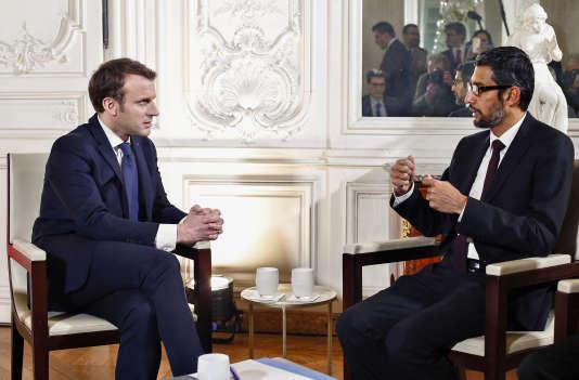 """Le président français Emmanuel Macron s'entretient avec le PDG de Google Sundar Pichai lors du sommet """"Choose France"""", au Château de Versailles, près de Paris, le 22 janvier."""