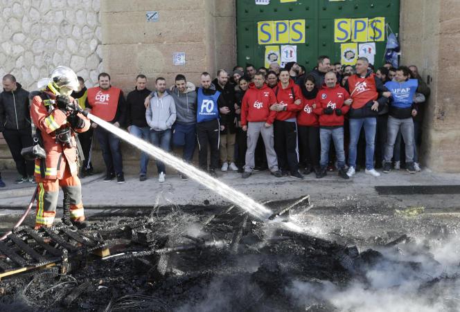 Devant la prison des Baumettes, à Marseille, le 22 janvier.