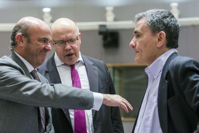 Le ministre des finances espagnol Luis de Guindos, à gauche, le ministre des finances allemand Peter Altmaier, au centre, et le ministre des finances grec, Euclide Tsakalotos, lors d'une réunion de l'Eurogroupe le 22 janvier à Bruxelles.