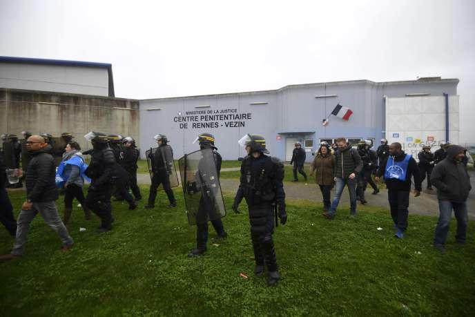La police anti-émeute disperse des gardiens de prison bloquant l'accès à la prison de Vezin-le-Coquet, dans la banlieue de Rennes, le 22 janvier.