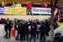 A Marseille (Bouches-du-Rhône), la police tente d'intervenir pour libérer l'entrée de la prison des Baumettes bloquée par des surveillants, le 22 janvier.