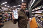 Un employé d'Amazon dans la supérette Amazon Go, ouverte lundi 22 janvier à Seattle (Etats-Unis).
