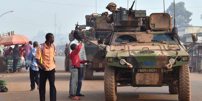 Des soldats français de l'opération « Sangaris» en patrouille dans le quartier PK5 de Bangui, en février 2016.
