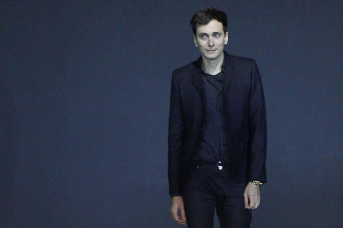 Le styliste Hedi Slimane lors du défilé de la collection printemps/été de la maison Saint Laurent, à Paris, en octobre 2012.