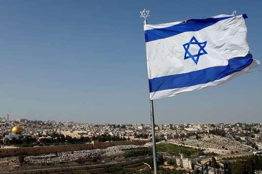 Un drapeau israélien flotte sur le Mont des Oliviers, à l'est de la vieille ville de Jérusalem qui apparaît en contrebas, le 22 janvier.
