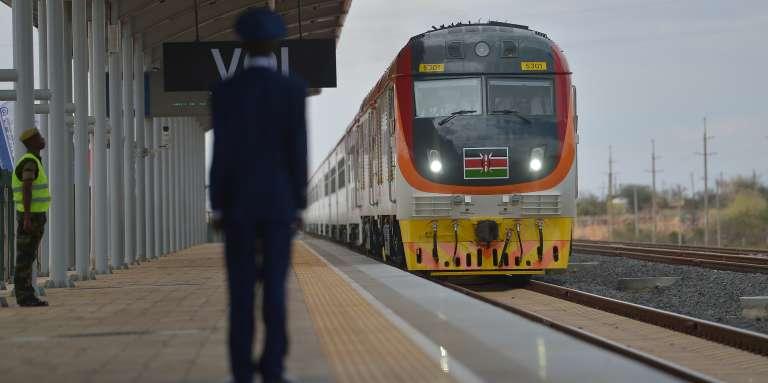 L'une des locomotives acquises par le Kenya, avec à son bord le président Uhuru Kenyatta, lors de l'inauguration, le 31 mai 2017, de la liaison construite par la Chine entre Nairobi et Mombasa.