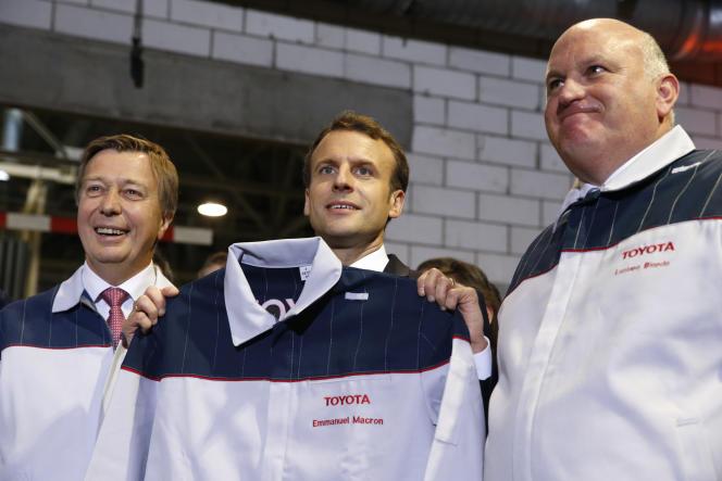 Le président de la République entre le vice-président de Toyota, Didier Leroy, et le directeur de Toyota France, Luciano Biondo, lors de sa visite de l'usine du constructeur japonais à Onnaing (Nord), le 22 janvier.