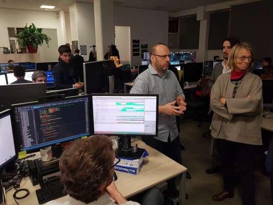 David Cage, fondateur du studio Quantic Dream, en compagnie de la ministre de la culture, Françoise Nyssen, lors d'une visite des locaux en décembre 2017.