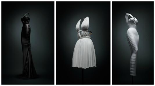 Trois des 41 modèles présentés à l'exposition« Je suis couturier»,18, rue de la Verrerie, à Paris.