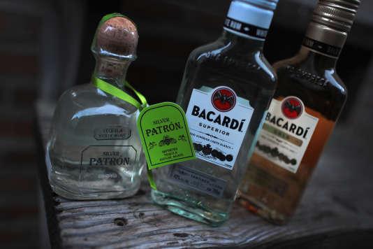 Une bouteille de tequila Patron à côté de rhums Bacardi. Bacardi a racheté Patron Spirits le 22 janvier.