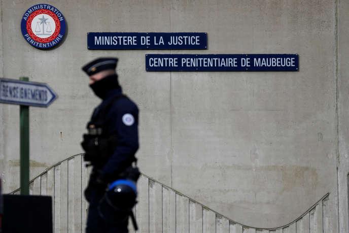 Un policier devant le centre pénitentiaire de Maubeuge. Le mouvement de mobilisation des gardiens de prison se poursuit mercredi 24 janvier.