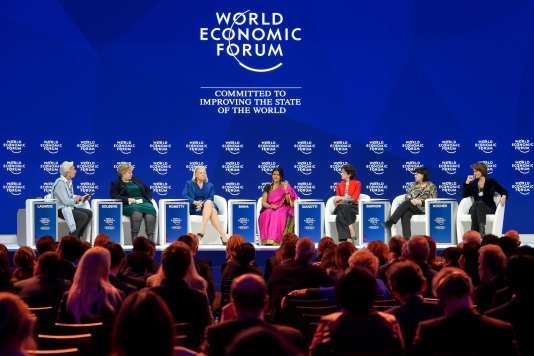 De gauche à droite : Christine Lagarde, directrice générale du FMI, Ema Solberg, première ministre norvégienne, Ginni Rometty, PDG d'IBM, Chetna Sinha, fondatrice de la banque coopérative rurale Mann Deshi Bank en Inde, Fabiola Gianotti, physicienne et directrice générale du CERN, Sharan Burrow, secrétaire générale de la Confédération internationale des syndicats, et Isabelle Kocher, directrice générale d'Engie.