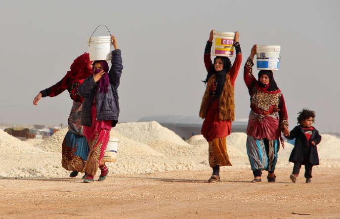 Des Syriennes dans un camp de déplacés à Bab Al-Hawa, près de la frontière turque, le 22 janvier.