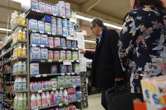 Contrôle de la DGCCRF dans un supermarché d'Orléans, le 11 janvier 2018, à la suite du retrait du marché des laits infantiles produits par Lactalis.