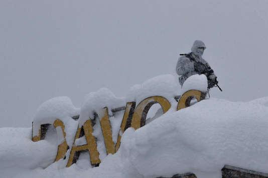 Des policiers armés à Davos, lundi 22 janvier.
