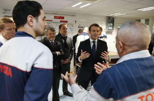 Le président Emmanuel Macron, le 22janvier, dans l'usine Toyota d'Onnaing (Nord).