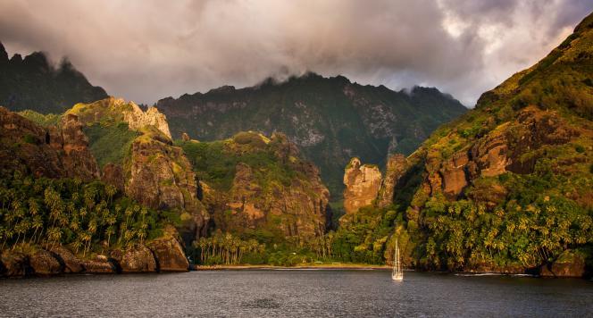 L'arrivée à Fatu Hiva, l'île la plus méridionale et la moins connue de l'archipel.