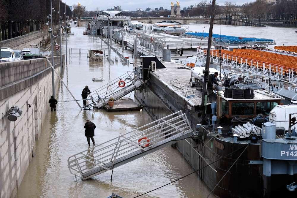 Vigicrues appelle à la «prudence»: «Il ne faut pas s'aventurer sur une voie inondée envoiture ou à pied, stationner sur un pont ou à proximité d'un cours d'eau.»