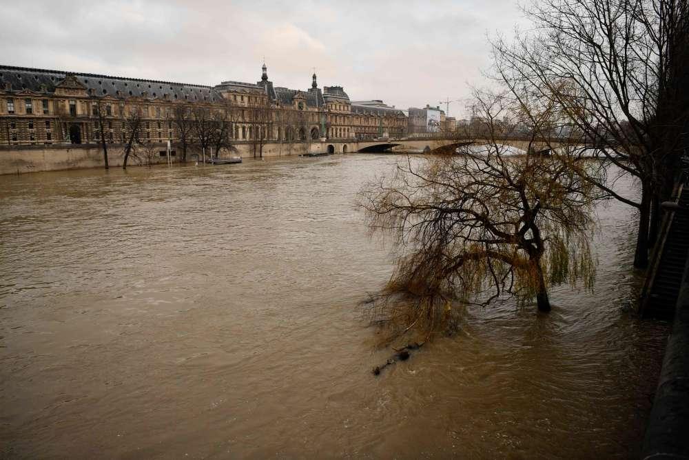 Alors que les flots se rapprochent des voûtes des ponts, au point de bloquer la navigation, interdite depuis lundi matin, les eaux sales des caniveaux dévalent les rampes d'accès aux quais, venant grossir le fleuve.