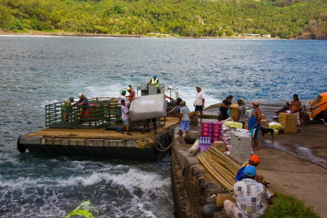 A Vaitahu, sur l'île de Tahuata, les marins de l'« Aranui» s'activent sur le quai de déchargement.
