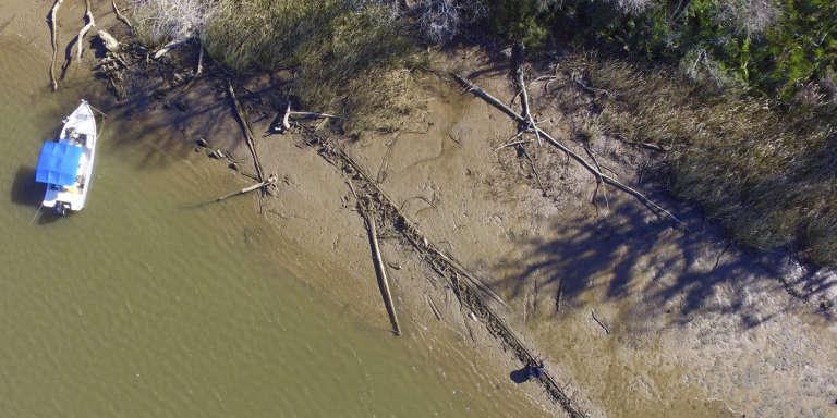 Une vue aérienne prise le 2 janvier 2018 à Mobile de ce qui pourrait être, sur le sable, le pont du Clotilda, le dernier navire négrier ayant accosté aux Etats-Unis.