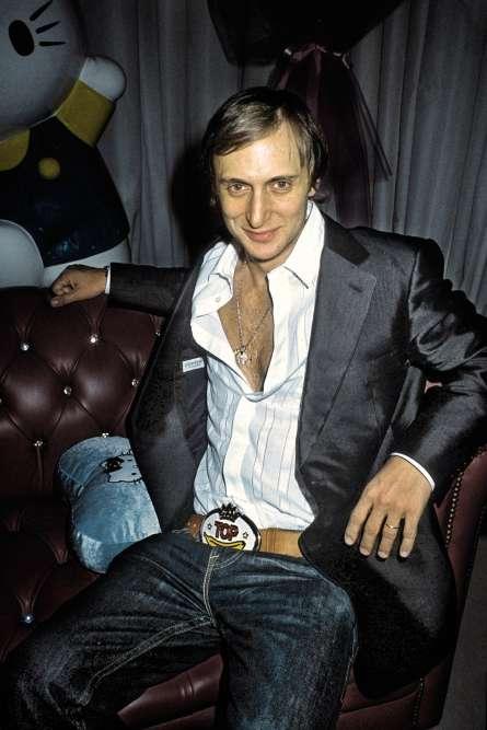 Deux ans plus tard, David est au « top », comme l'indique sa boucle de ceinture. Son deuxième album, «Guetta Blaster», cartonne à travers le monde. Alors pourquoi ne pas souffler quelques instants sur un canapé prune chesterfield, entouré d'Hello Kitty, la chemise ouverte sur un torse mal épilé, le tout en arborant une veste de smoking à cran sport, alors même que seuls les crans aigus sont de rigueur sur les vestes de smoking ? Classique : avec le succès, on se croit tout permis.
