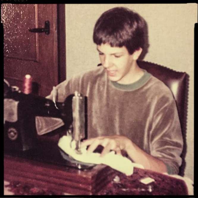 « A 14 ans, j'ai commencé à tricoter puis, très vite, j'ai eu envie de coudre. Alors ma tante m'a laissé utiliser une vieille machine avec laquelle je réalisais des vêtements pour moi, mais aussi pour mon père. A l'époque, la mode n'était pas encore une passion, je voulais devenir danseur classique. »