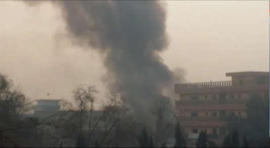 De la fumée s'échappe du siège de l'ONG Save the Children à Jalalabad, dans l'est de l'Afghanistan, le 24 janvier.