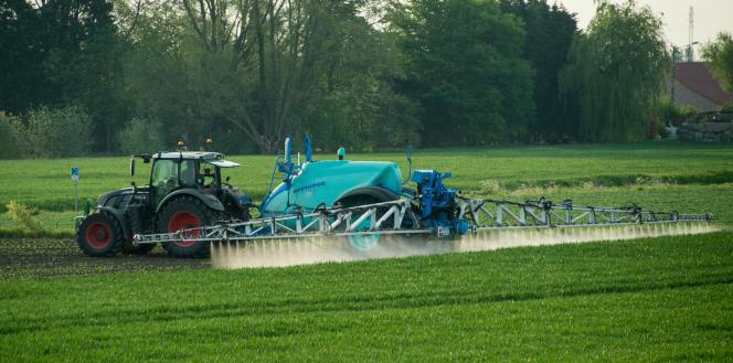 Epandage de pesticides le 9 mai 2016 à Fromelles, près de Lille.