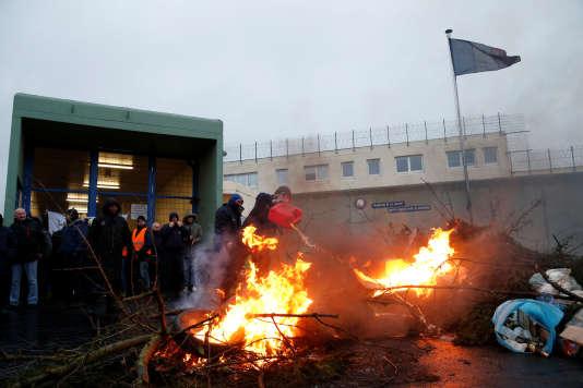 Les surveillants de la prison de Maubeuge (Nord) en bloquent l'accès, le 24 janvier.