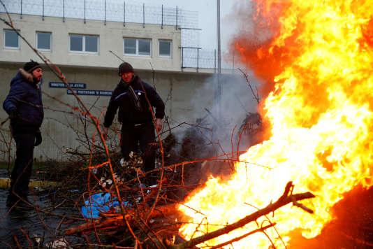 Des surveillants de prison bloquent l'entrée de la prison de Maubeuge (Nord), le 24 janvier.