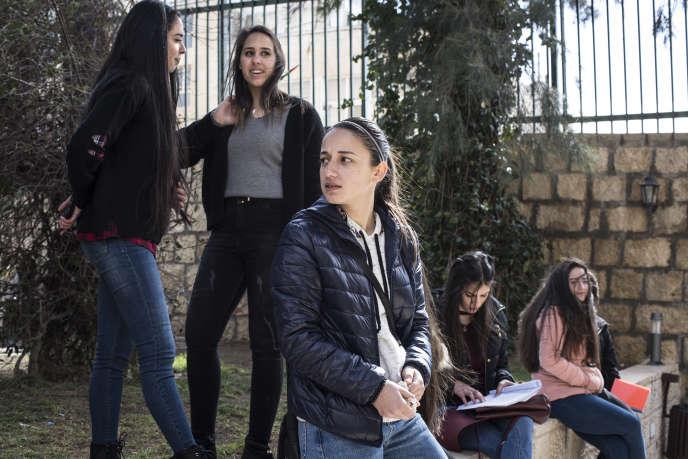 Aseel Khater (au premier plan), 22 ans, ici à l'université de Bethléem, est la première femme élue au conseil étudiant de son établissement.