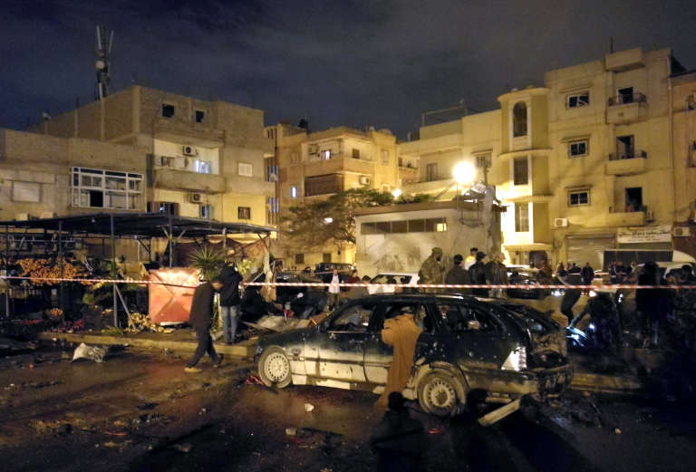A Benghazi, devant la mosquée du quartier d'Al-Salmani après le double attentat à la voiture piégée, le 23 janvier.