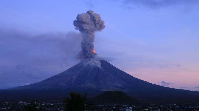 Le volcan Mayon continue à éjecter des colonnes de cendres, le 24 janvier 2018.