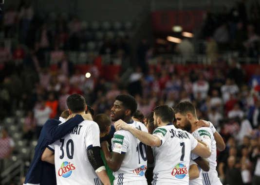 L'équipe de France célèbre sa victoire sur la Croatie dans le cadre de l'Euro de handball, le 24 janvier, à Zagreb.
