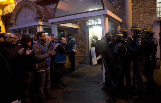 Des gardiens de prison en grève face à la police devant la maison d'arrêt de Fresnes (Val-de-Marne), mercredi 24 janvier.