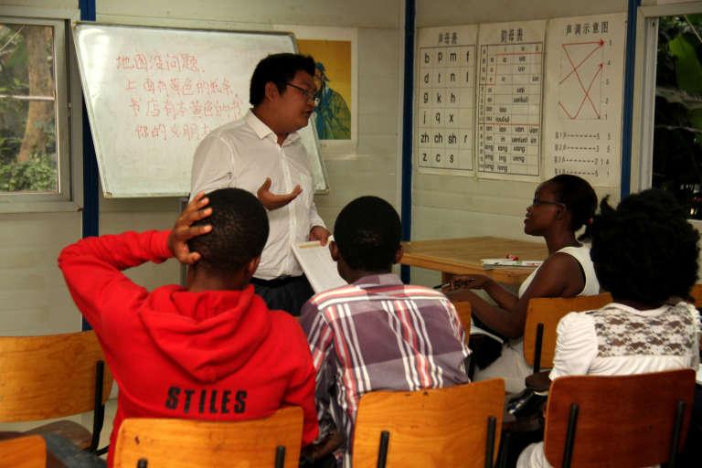 Le professeur Lin vérifie le niveau de connaissance de ses élèves à l'institut Confucius, à l'université de Makerere (Kampala), le 7 décembre 2017.