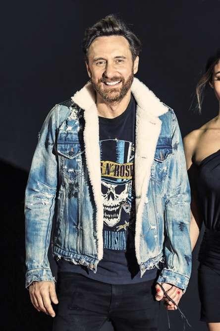 Après des singles avec Nicki Minaj et Justin Bieber, David Guetta vient de sortir son album et aligne actuellement les concerts dans de grands stades européens, confirmant sa place au sommet de l'industrie de l'«entertainment». Or, justement, quoi de mieux pour survivre en altitude que cette veste en jeans doublé de sherpa, une matière synthétique bas de gamme un peu bas de gamme mais inspirée par les manteaux en laine que portaient traditionnellement les membres du peuple Sherpa au Tibet ? Plein de choses, quand on y pense…