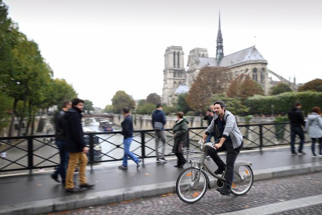 Un cycliste à Paris, le 1er octobre 2017.