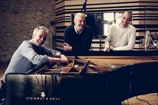 Le pianiste Laurent de Wilde, le contrebassiste Jérôme Regard et le batteur Donald Kontomanou.