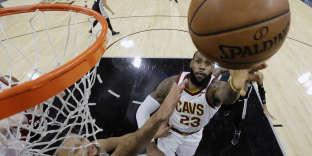 LeBron James lors du premier quart-temps de la rencontre entre les Cavaliers de Cleveland et les Spurs de San Antonio, au Texas, le 23 janvier.