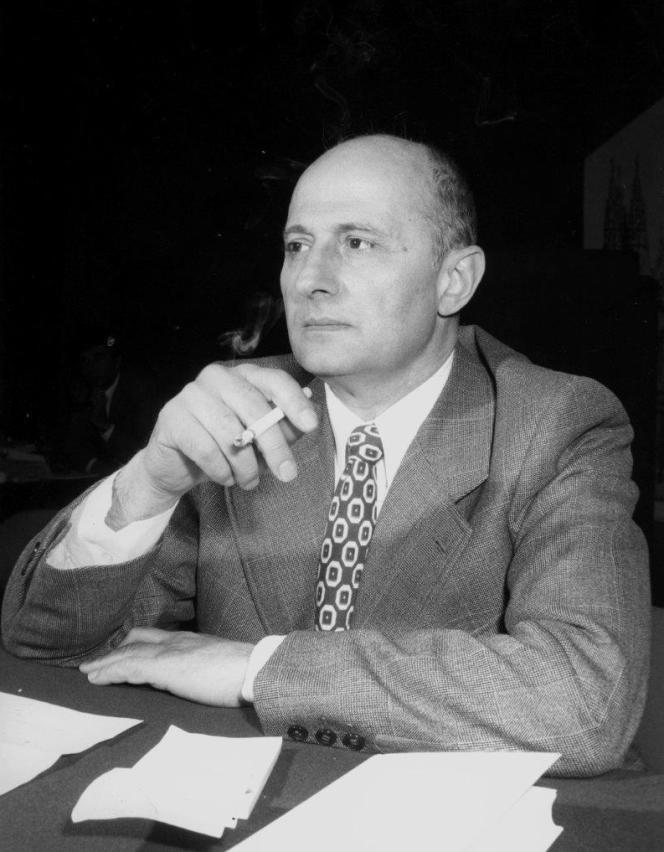L'écrivain italien Mario Pomilio, dans les années 1970.