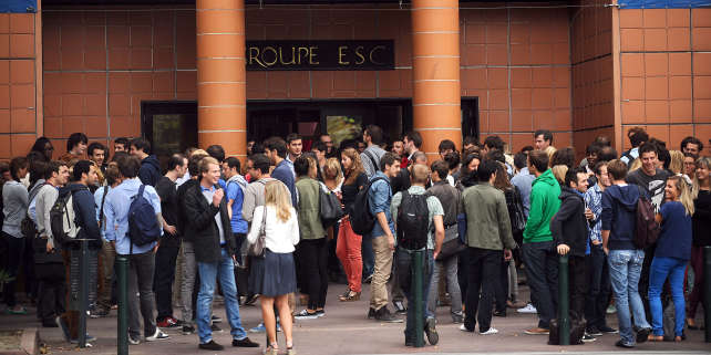 Devant l'école de commerce de Toulouse, en 2012.